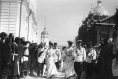 020. Николай II на монастырской площади