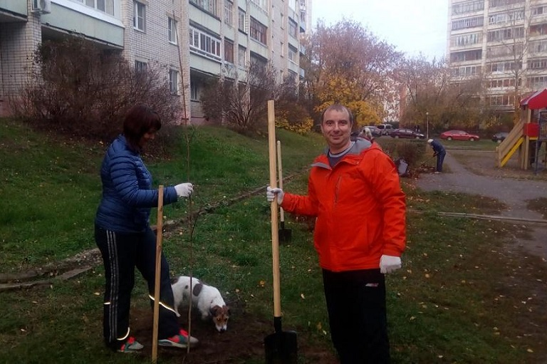 Заместитель председателя гордумы, депутат Сергей Жижин в «День чистоты» высадил новые деревья на своем округе