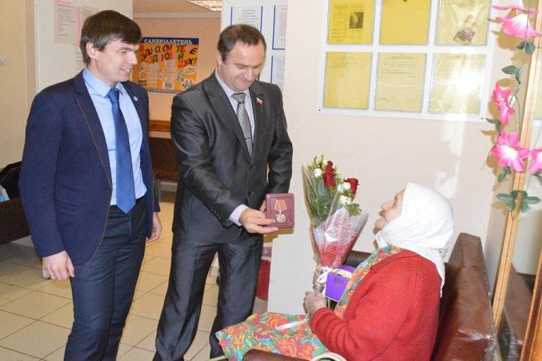 Депутаты вручили юбилейную медаль