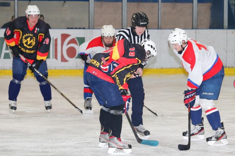 ВНИИЭФ играет в хоккей
