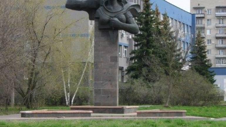 Памятник в честь 40-летия Управления строительства 909