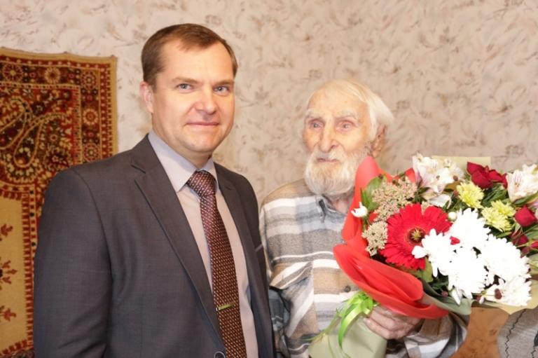 Подарки и поздравления старейшему жителю Сарова