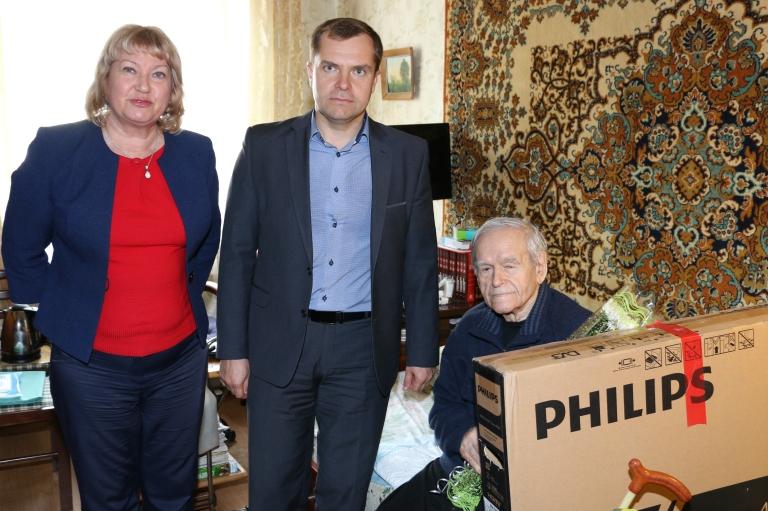 Ветеран Владимир Стеньгач получил подарок руководителя региона