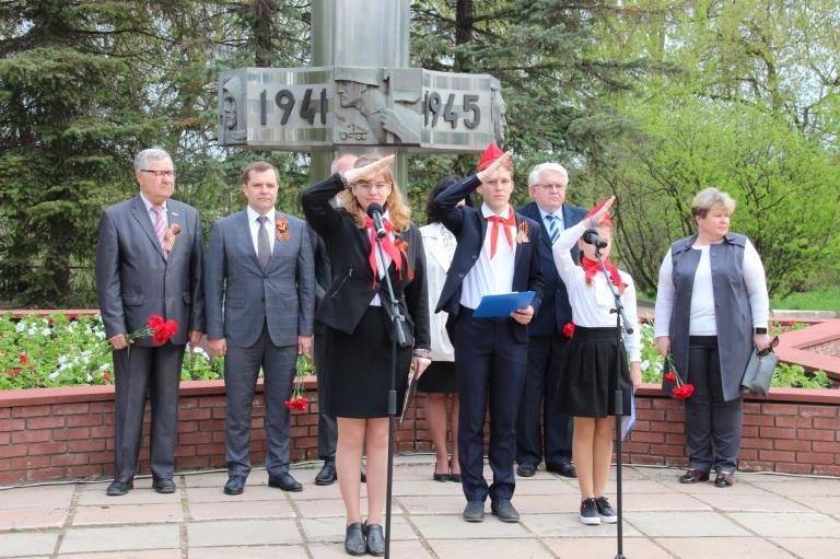 «Как повяжешь галстук, береги его…» Сергей Жижин поздравил юных пионеров