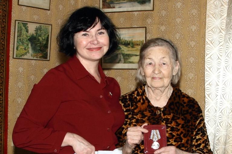 Депутат Нонна Лёвина вручила юбилейные медали