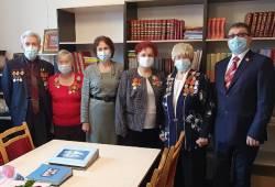 Депутат Михаил Савин вручил награды ветеранам