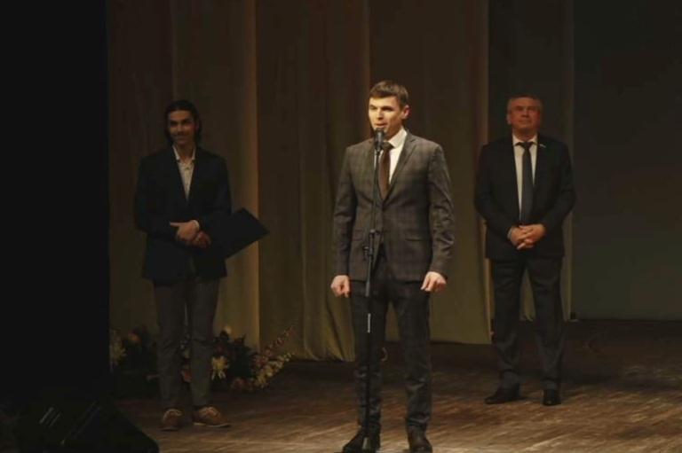 Поздравления и концерт в театре